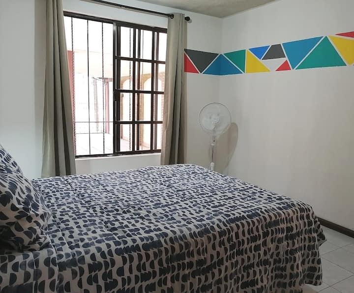 Colorida habitación privada en colonia Cumbres