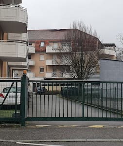 Le portail pour entrer la voiture dans la cour pour accéder au parking dispose d'une entrée piétonne sur la gauche.
