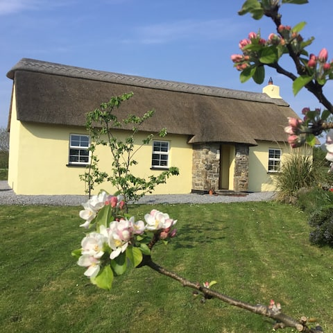 Kerry.Thatched cottage near spectacular beaches.
