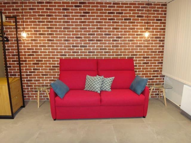 Espace salon cosy et chaleureux.