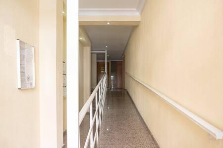 Удобный вход в подъезд апартаментов к лифту. Удобен для людей с ограниченными способностями.