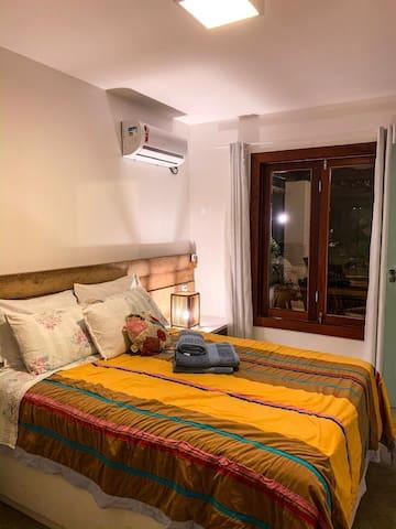 Suítes equipadas, com roupas de cama e banho.