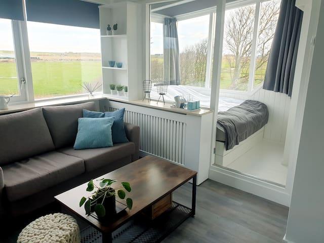 Inclusief een heerlijk zitje met tv, koelkast, koffie,-en thee faciliteiten.