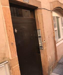 Porte d entrée de l immeuble.
