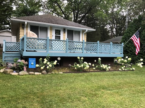 Cottage in Green Lake Terrace w/large fenced yard