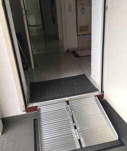 Zugang zum Haus direkt aus der großräumigen Garage über mobile Rampe