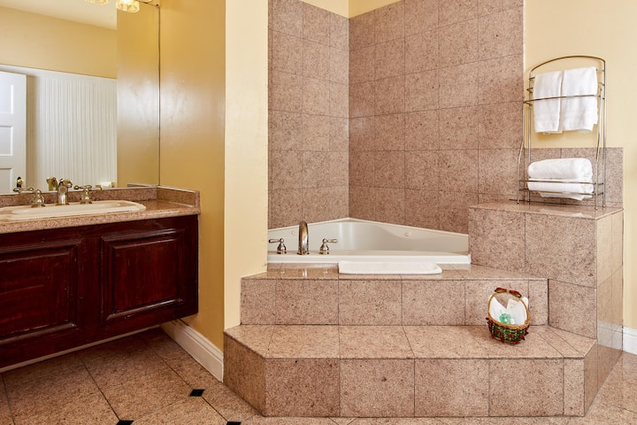 Queen Anne Hotel, King Jacuzzi Suite