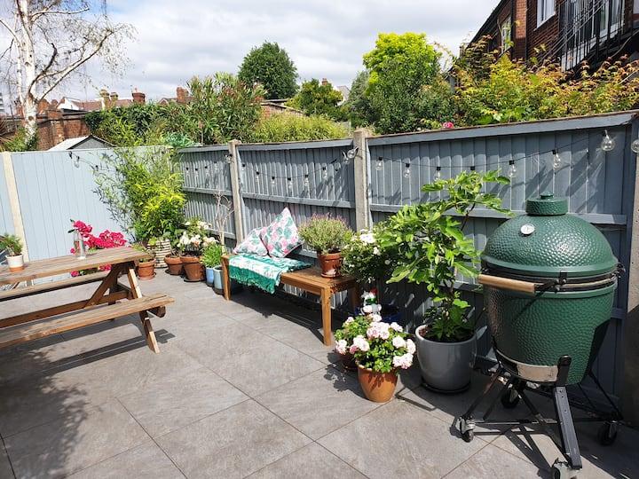 2 Bed Stylish & spacious garden flat next to tube