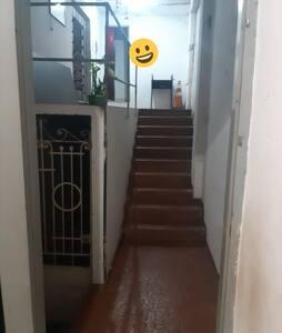 Na entrada para acessaar a casa tem essa escada