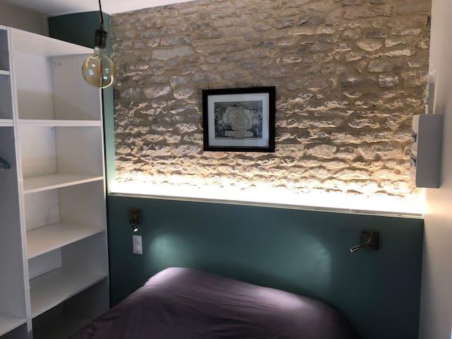 La chambre double avec ses rangements et son éclairage d'ambiance. Le lit de 160 cm de large est très confortable.