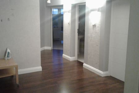Podłoga w całym domu bez progów i stopni. Drzwi wewnętrzne szerokość 81 cm.
