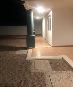 Pasillo de acceso hacia el condominio