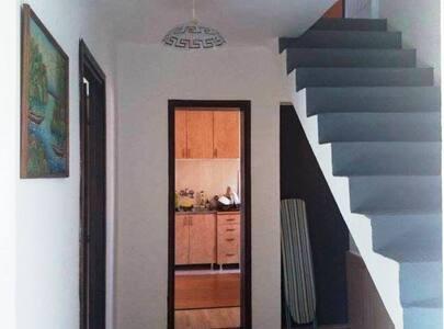 Hodnik iz koga se ulazi u sobu, kuhinju i kupatilo.