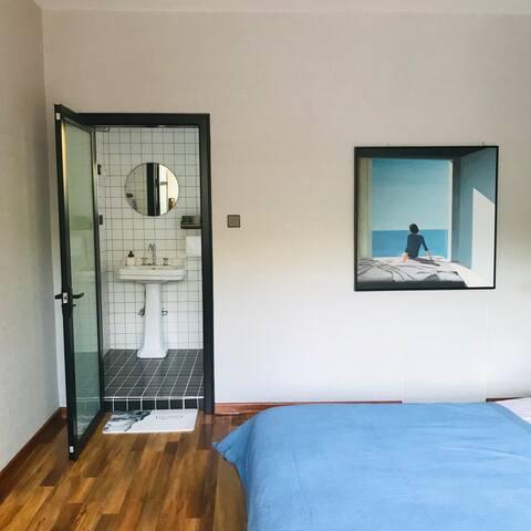 房间照片-大床房  房间大概25平米,有一个独立的洗手间。洗发水,沐浴露,吹风机,马桶,应有尽有。