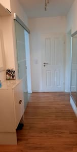 Mein Flur ist 125 cm breit und beim Wohnungstausch noch breiter 145 cm. Ich habe rechts grosse Spiegel und links - spiegelte Glassschiebetür. Beim Kommode - engste Breit bis Wand (mit Zarge) ist 103cm, aber bis Tür für Schafzimmer ist 140cm.
