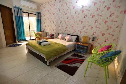 """""""RICKTH ROAD VIEW"""" Smart Room at Niketan, Gulshan"""