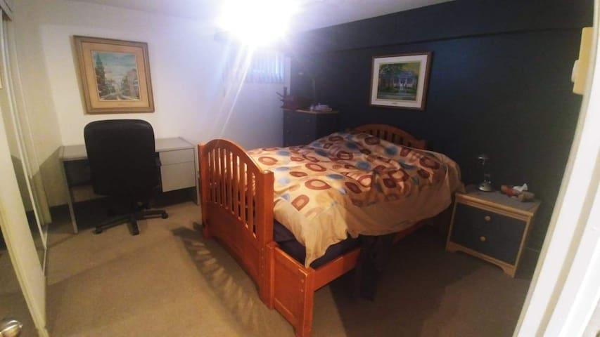 Chambre lit double et un autre  lit sinple dessous  avec tv cable et netfix