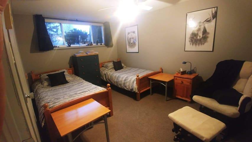 Chambre 2 lits simples et un coin détente  avec télé cable et netflix