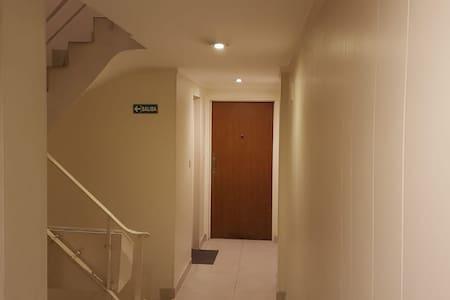 Puerta de acceso al departamento, sales del ascensor y es a través de un pasillo.