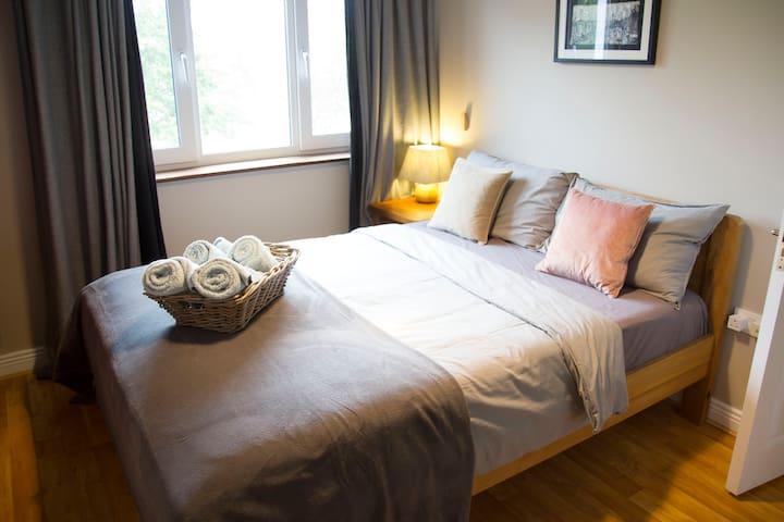 Bedroom 1: King size bed with Tempur Hybrid Elite mattress & ensuite bathroom