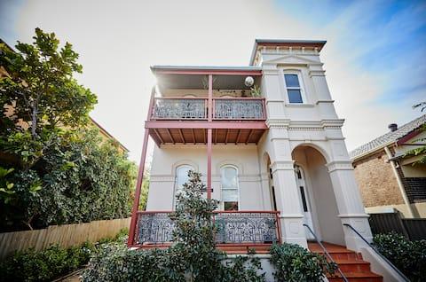 Esperanza: Heritage-listed Stay w/ Sunny Courtyard