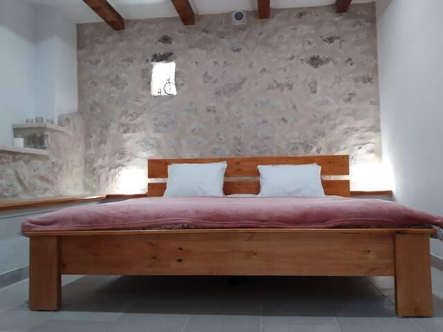 spavaća soba s velikim bračnim krevetom nalazi se u prizemlju