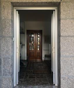 Puerta de entrada.  Dos escalones.