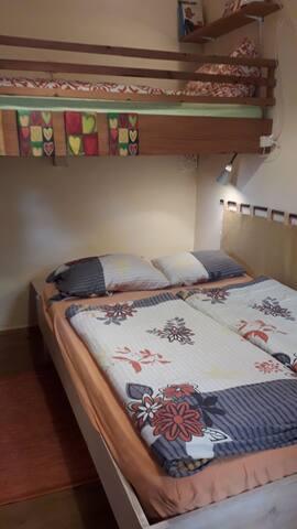 Schlafen, 1 Doppelbett und ein Einzelbett (Hochbett)