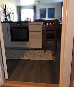 Hele leiligheten er på en flate, 1,5 cm dørstokker inn til stuen og soverommet.