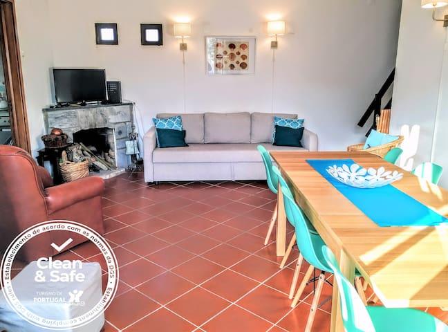 Sala ampla com mesa para até dez, sofá cama, lareira, tv e wifi gratuito. Acesso directo para um grande pátio e jardim. Cadeira de refeições para bebé disponível