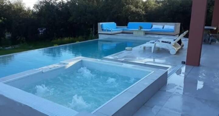 Villa piscine et jacuzzi en Provence Verdon.
