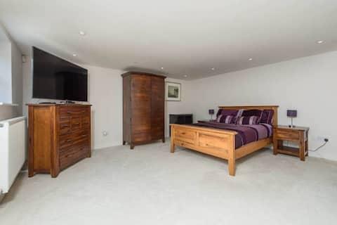 Large En-suite Room 2.5 miles from Durham Sleeps 4