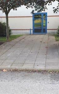 Accès à la porte d'entrée du bâtiment