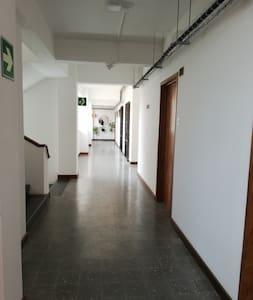 pasillos amplios e iluminados