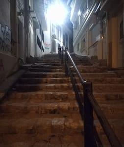 Dobre osvetlená cesta ku vchodu