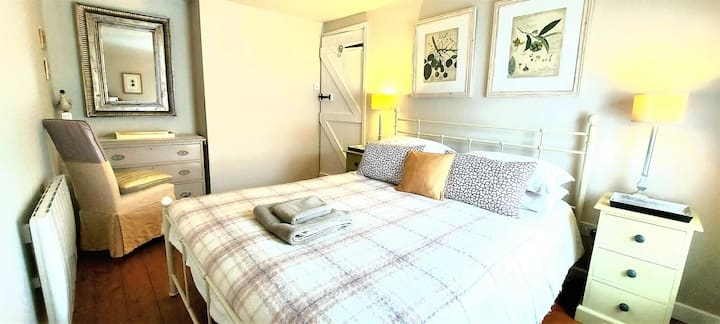 Tern Quay Cottage - Cute, Cosy and Coastal