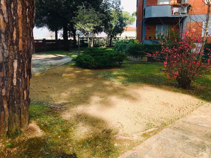 Appartamento/400 mt dal mare - posto auto giardino