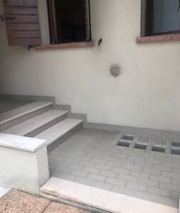 Per entrare all'interno dell'appartamento occorre salire quattro gradini.