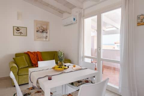 ¡Luminoso apartamento con balcón panorámico, aire acondicionado + estacionamiento!