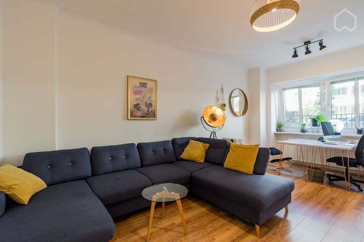 Large stylish 4 room flat with home office set up