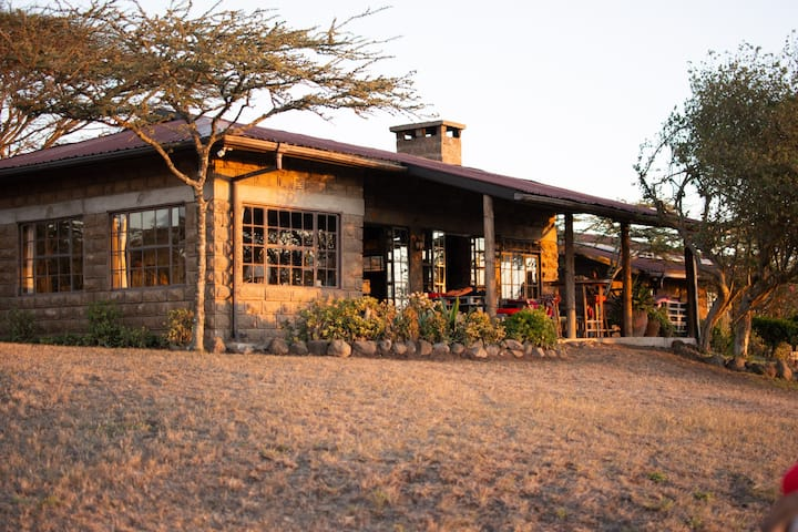 Rangi Saba. A view with a house on Champagne Ridge