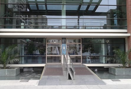 La entrada cuenta con muy buena iluminación tanto de la calle como del edificio.