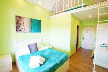 Queen bed with luxury sheets and towels & Sliding ladder to get to loft