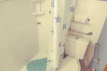 no banheiro piso sem desniveis tanto na area de banho como no vaso sanitario.. neste por solicitação do hospede...instalamos assento alto para ppne..temos disponivel...barras de apoio ao lado vaso sanitario...cuba do.lavatorio desimpedida...acionamen