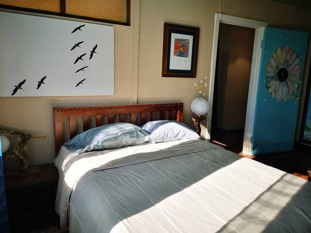Dormitorio 3, es la habitación Azul. Tiene un pequeño salón, wardrobe, 1 cama matrimonial grande, una vista de maravillosos celajes. Fotografías  de Gaetano Andreoni italiano, Pintura de Otto Apuy costarricense y 1 serigrafía de Raúl Vasquez panameño
