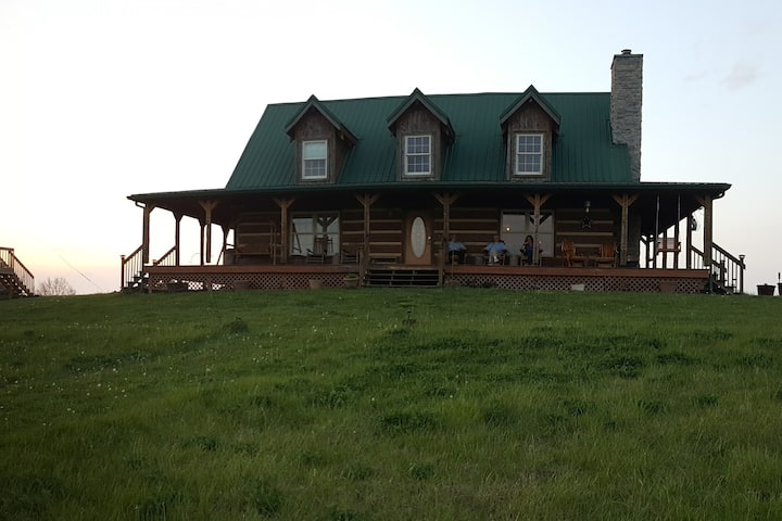 Authentic Hilltop Log Cabin, 360° Views, Sleeps 15