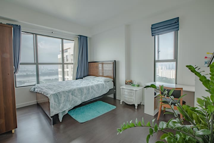 Ensuite room with river view in condo near D1