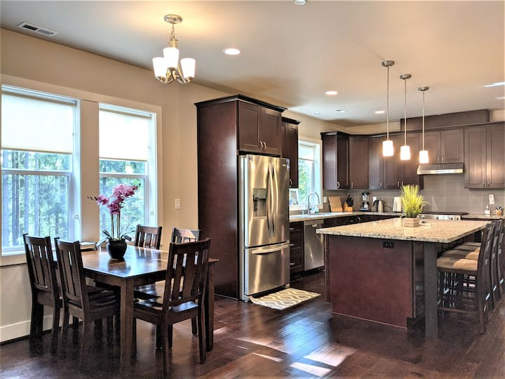 Gorgeous home surrounded in woods near Redmond