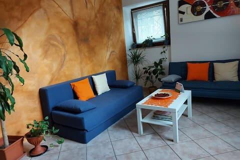 Bilocale:cucina/sala,divano, bagno, parcheggio