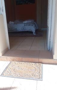 Υπάρχει σκαλοπάτι για την είσοδο στο σπίτι.
